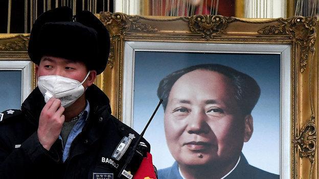 Наулицах Пекина милиционеры несут службу вмасках. Фото AFP