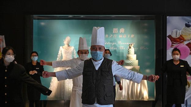 Вотелях Пекина проходят ежедневные занятия для персонала отом, как вести себя вовремя эпидемиологической опасности. Фото AFP