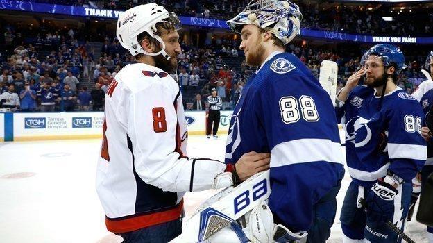 Две российские звезды НХЛ— Александр Овечкин (слева) иАндрей Василевский. Фото AFP