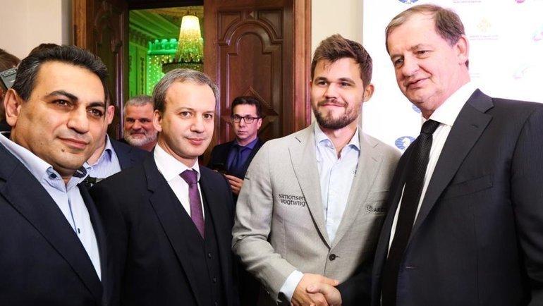(слева направо) Альберт Степанян, президент ФИДЕ Аркадий Дворкович, чемпион мира Магнус Карлсен, Андрей Симановский.