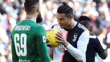 2февраля. Турин. «Ювентус»— «Фиорентина»— 3:0. Нападающий туринцев Криштиану Роналду (справа) дважды поразил ворота Бартломея Дронговски спенальти.