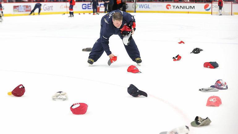 5февраля. После того, как Александр Овечкин сделал хет-трик вигре с «Лос-Анджелесом», болельщики «Вашингтона» забросали лед бейсболками.