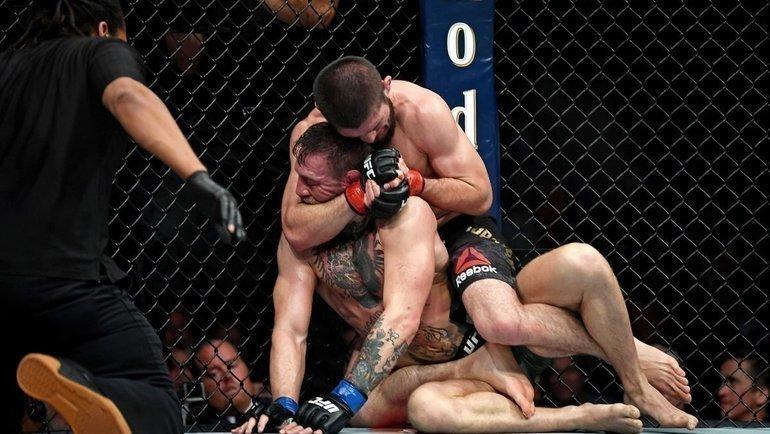 Хабиб Нурмагомедов завершает бой сКонором Макгрегором. Фото USA Today