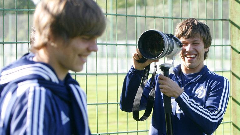 2011 год. Федор Смолов (справа) «фотографирует» Александра Кокорина.