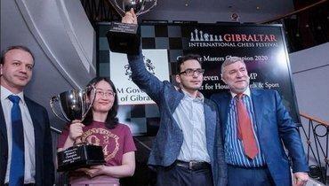 Давид Паравян скубком запобеду натурнире вГибралтаре.