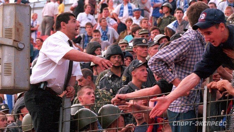 """1999 год. Шахруди Дадаханов успокаивает армейских болельщиков. Фото Александр Федоров, """"СЭ"""""""