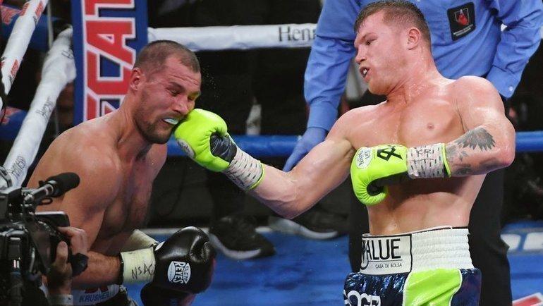 2ноября 2019 года. Лас-Вегас. Сергей Ковалев (слева) вбою против Сауля Альвареса. Фото AFP
