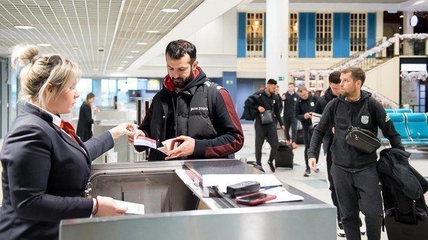 Гиа Григалава у стойки регистрации. Фото ПФК «Арсенал», arsenaltula.ru