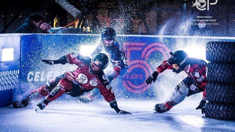 Дмитрий Мурлычкин борется сКайлом Кроксаллом иСтивеном Коксом.