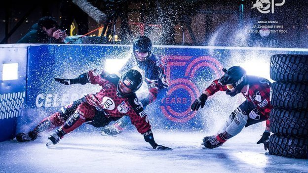 Дмитрий Мурлычкин борется с Кайлом Кроксаллом и Стивеном Коксом.