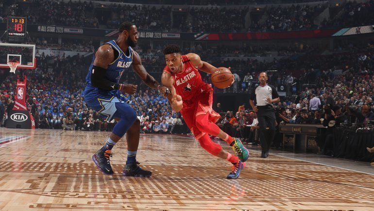Команда Леброна Джеймса (слева) обыграла сборную Янниса Адетокумбо наМатче Звезд НБА. Фото НБА