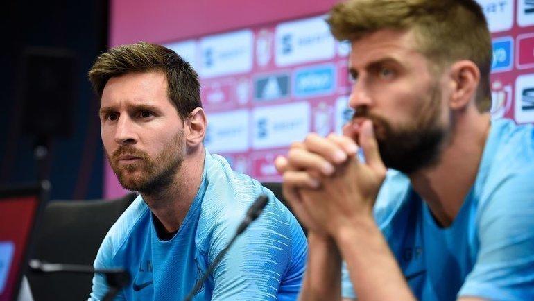 Игроки «Барселоны» Лионель Месси иЖерар Пике. Фото AFP