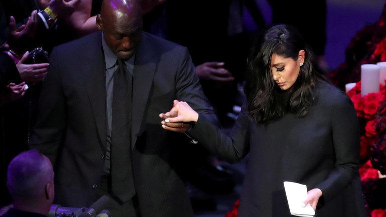 Майкл Джордан помогает Ванессе Брайант покинуть сцену. Фото Reuters