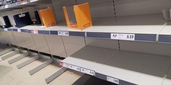 В Италии жители скупают все товары в магазинах из-за возможного карантина после вспышки коронавируса.