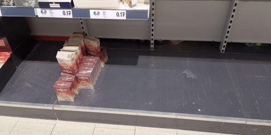 ВИталии жители скупают все товары вмагазинах из-за возможного карантина после вспышки коронавируса.