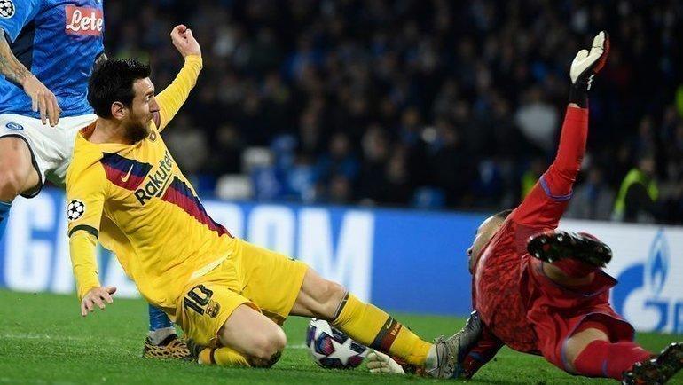 25февраля. Неаполь. «Наполи»— «Барселона»— 1:1. Лионель Месси (слева) сфолил наДавиде Оспине. Фото AFP