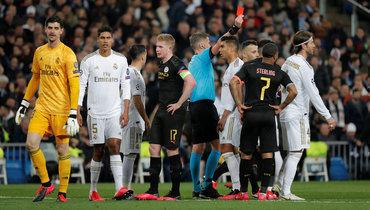 26февраля. Мадрид. «Реал»— «Манчестер Сити»— 1:2. 86-я минута. Арбитр Даниэле Орсато показывает красную карточку капитану хозяев Серхио Рамосу (крайний справа).