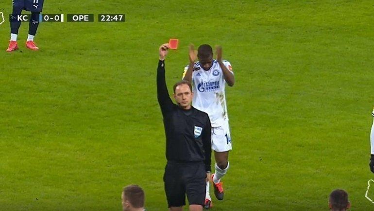 Виталий Мешков показывает красную карточку игроку «Крыльев».
