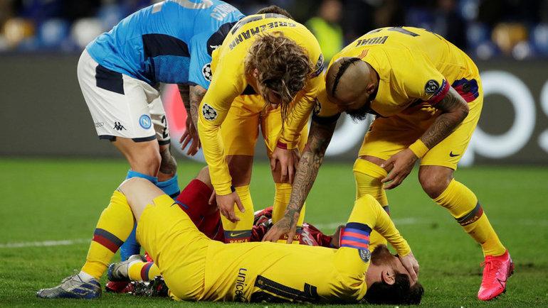 25февраля. Неаполь. «Наполи»— «Барселона»— 1:1. Вэтом эпизоде лидер каталонской команды Лионель Месси получил желтую карточку, анеповреждение. Фото Reuters