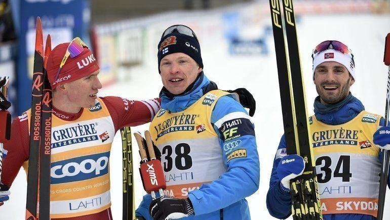 Александр Большунов (слева), Ииво Нисканнен (поцентру) иХанс Кристер Холунн. Фото AFP