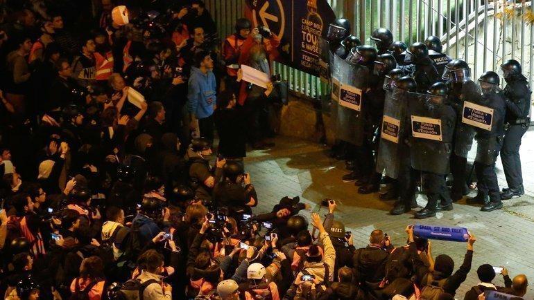 18декабря 2019 года. Барселона. Беспорядки устадиона. Фото AFP