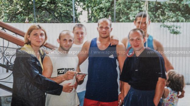 Подпись: Андрей Былдин (второй слева), Игорь Сысуев (третий слева), Федор Емельяненко (в центре), Роман Костеников (справа, на заднем плане). Фото Из личного архива Андрея Былдина