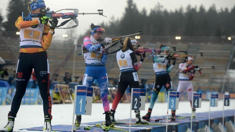 7марта. Нове-Место. Лариса Куклина (вторая слева) нарубеже. Фото AFP