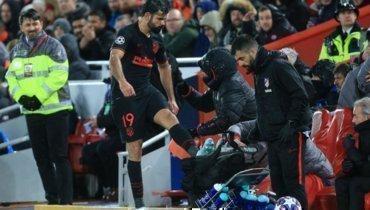 Диегу Коста был недоволен после замены вматче с «Ливерпулем». Ипнул бутылки сводой