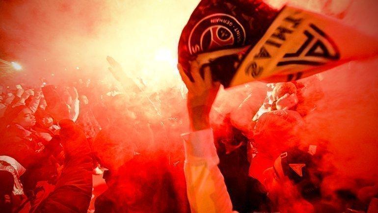 "11 марта. Париж. ""ПСЖ"" - ""Боруссия"" - 2:0. Фанаты хозяев около стадиона. Фото Twitter"