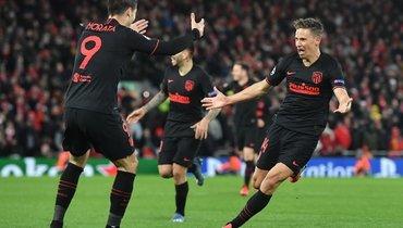 11марта. Ливерпуль. «Ливерпуль»— «Атлетико»— 2:3. 105+1-я минута. Партнеры поздравляют Маркоса Льоренте (справа), который только что оформил дубль. Фото Reuters