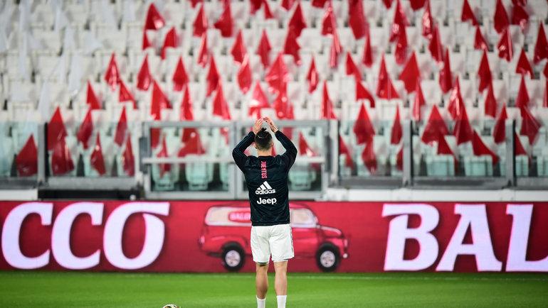 Криштиану Роналду приветствует пустые трибуны перед матчем «Ювентус»— «Интер»  8марта вТурине. Фото Reuters