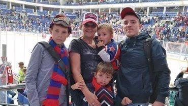 Капитан команды United Mums Елена Суворова смужем идетьми.