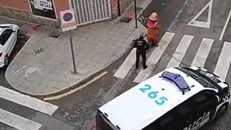 Неизвестный вкостюме тираннозавра гуляет поулице вИспании. Фото twitter.com