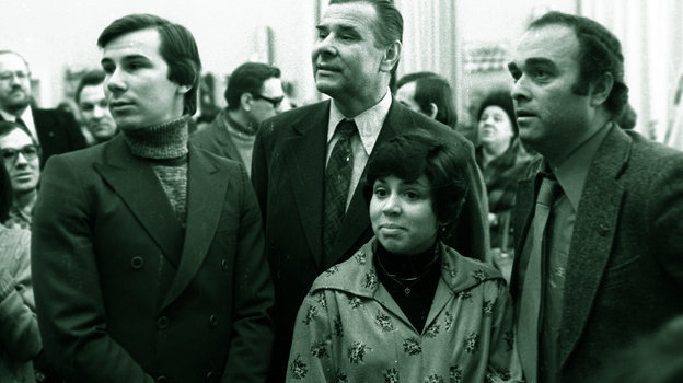 Начало 80-х. Дмитрий Донской (крайний справа) насвоей фотовыставке. Среди гостей— Лев Яшин (вцентре), фигуристы Александр Зайцев (слева) иИрина Роднина. Фото Изличного архива