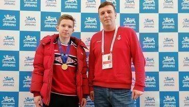 Андрей Мозалев иего тренер Кирилл Давыденко после победы наюниорском чемпионате мира вТаллине.