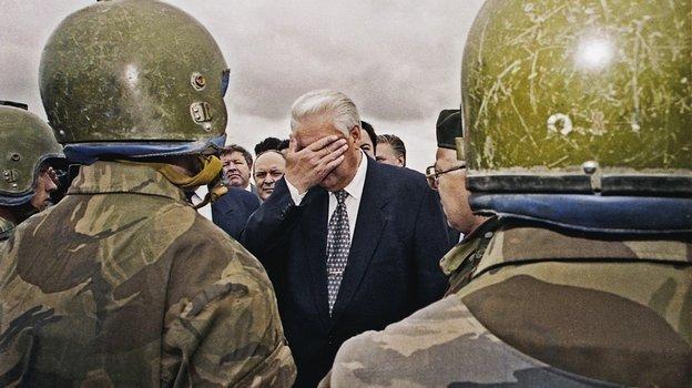 Борис Ельцин вЧечне. Фото Изличного архива