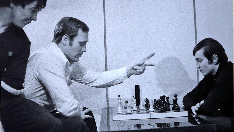 Александр Мальцев (слева) наблюдает зашахматной партией Владимира Петрова иАнатолия Карпова. Фото Изличного архива