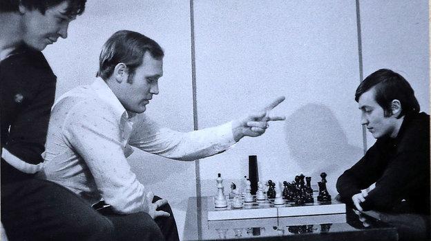 Александр Мальцев (слева) наблюдает за шахматной партией Владимира Петрова и Анатолия Карпова. Фото Изличного архива