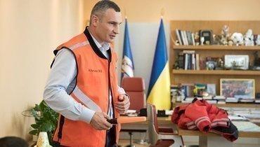 Виталий Кличко показал, как следить загигиеной. Онпомыл руки вбоксерских перчатках