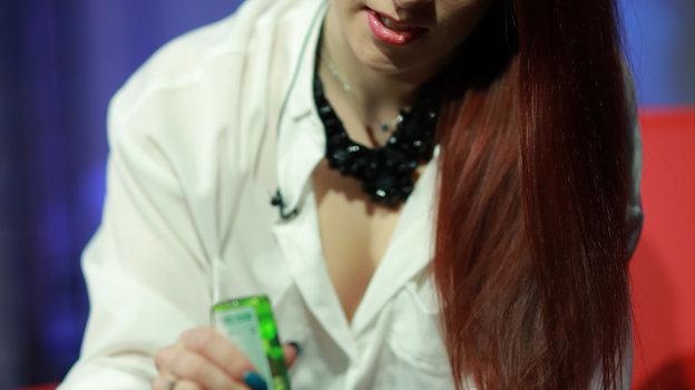 20марта. Москва. Екатерина Боброва использует антисептик для рук. Фото Александр Федоров, «СЭ» / Canon EOS-1D X Mark II