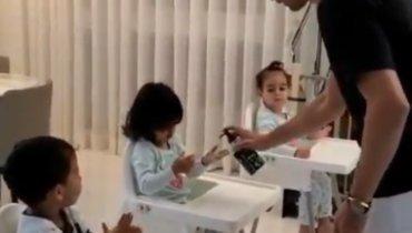 Роналду научил детей дезинфицировать руки