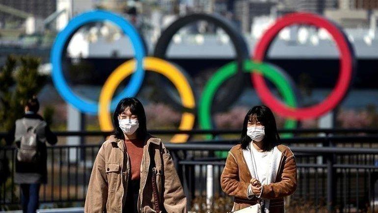 Коронавирус заставил многих людей повсему миру надевать медицинские маски. Фото Reuters