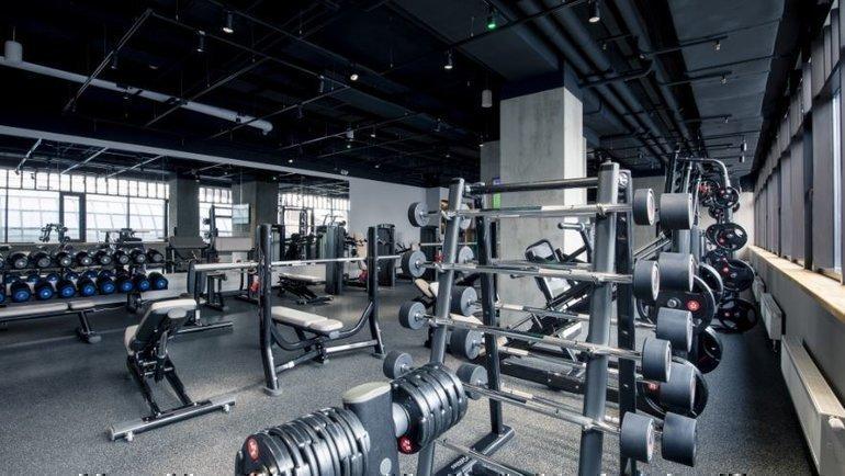 Пустой зал фитнес-клуба X-Fit.