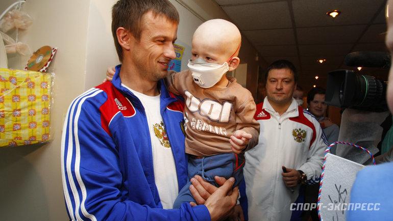 26марта 2009 года Сергей Семак вместе спартнерами покоманде итренерами сборной России посетил онкологическое отделение детской клинической больницы вМоскве.