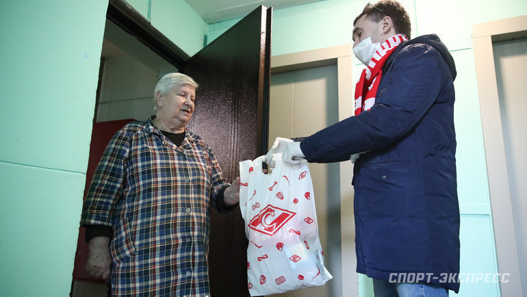 Болельщики «Спартака» помогают ветеранам. Фото «СЭ» / Canon EOS-1D X Mark II