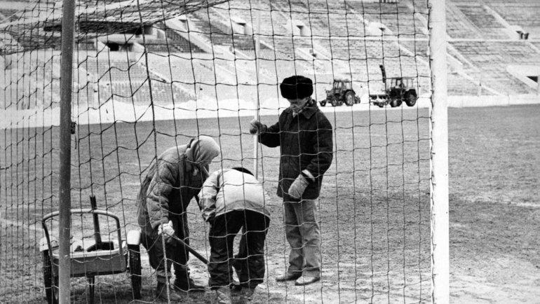 Март 1992 года. Подготовка поля в «Лужниках» кматчам первого чемпионата России. Фото Дмитрий Солнцев, -