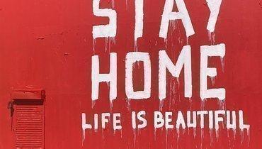 Граффити, посвященное Брайанту иего дочери, закрашено посланием оважности самоизоляции