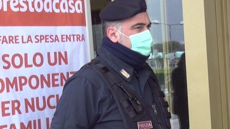 Полиция перед супермаркетом вИталии. Фото Twitter.