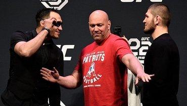 Тони Фергюсон (слева), президент UFC Дана Уайт (вцентре) иХабиб Нурмагомедов.