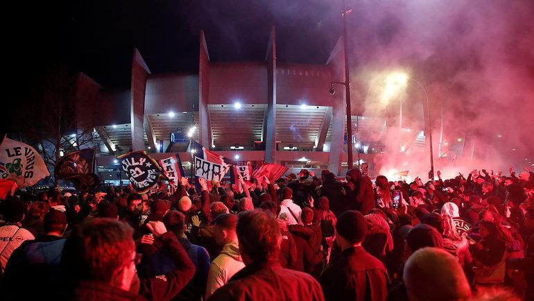 Болельщики «ПСЖ» столпились устадиона вовремя матча, так как игра проходила без зрителей из-за пандемии коронавируса. Фото Reuters